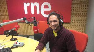 Pablo en el estudio de Radio Nacional presentando Desnudas de palabras