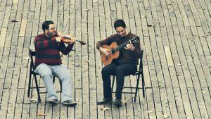 Con Aire Latino, dúo de violín y guitarra. Alfonso Moreira y Pablo Romero Luis. Imagen del vídeo Preludio para una Flor