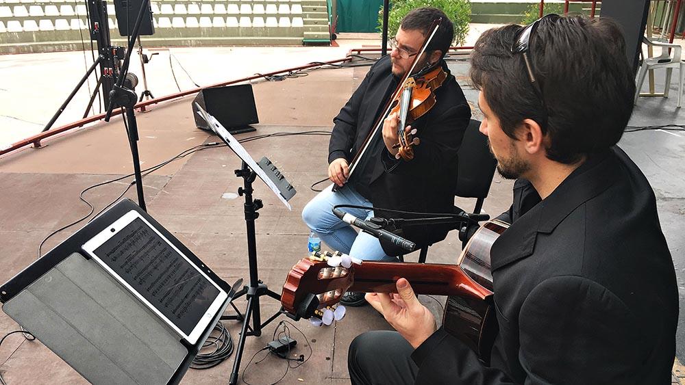 Alfonso Moreira y Pablo Romero Luis en una prueba de sonido antes de comenzar un concierto Con Aire Latino en 2018
