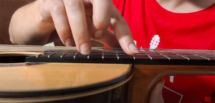 Armónicos artificiales en guitarra cómo se tocan. Diccionario de guitarra