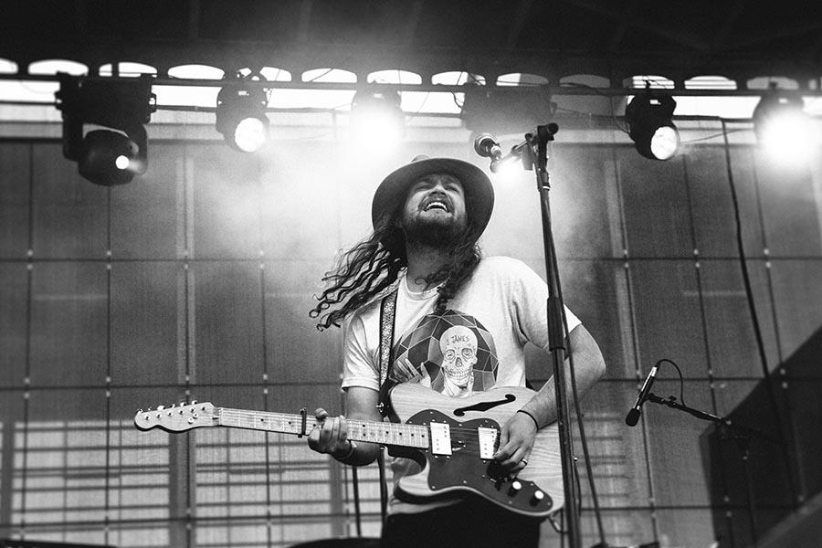 Tocar la guitarra siendo zurdo. Foto NeonBrand.